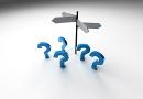 Wegweiser und Fragezeichen